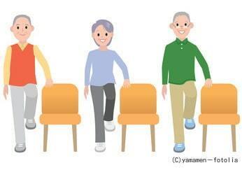 片足立ち体操する高齢者
