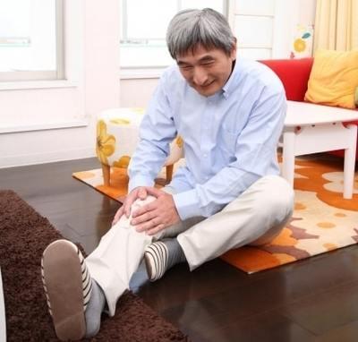 膝を痛がる高齢者